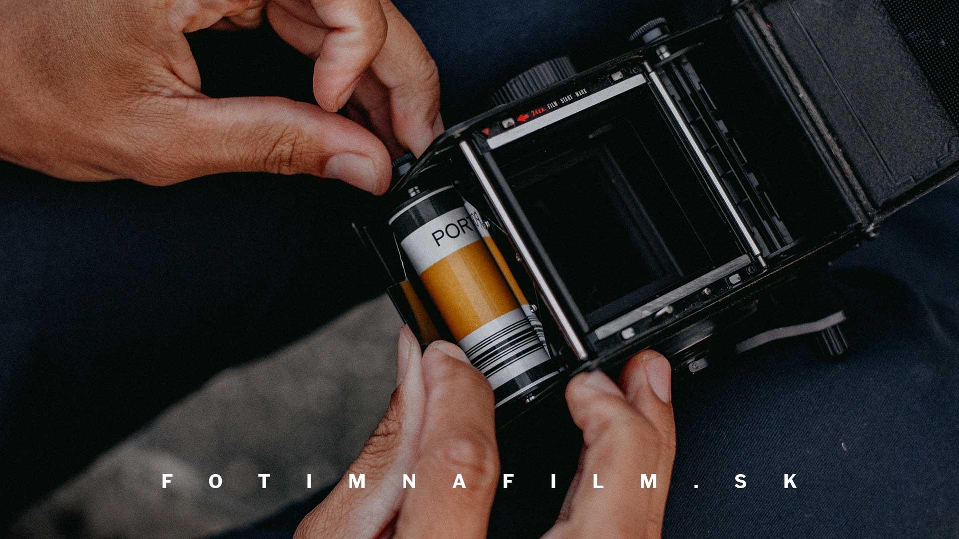 založenie filmu do stredoformátovej zrkadlovky fotoaparátu